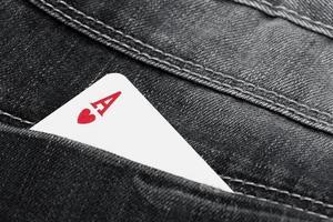 as de corazones en el bolsillo de los jeans