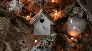 decorações de natal em uma grande árvore verde video