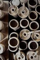 jarras de cerámica blanca foto