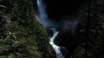 cascada entre montañas foto
