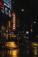 letreros de la calle en la noche