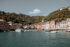 portofino, italia, 2020 - barcos en el puerto cerca de la ciudad