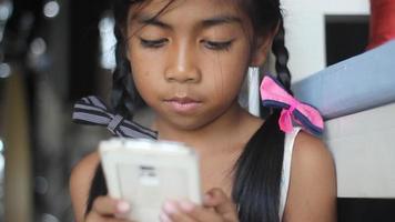 ragazza che gioca gioco in smartphone