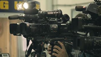 coletiva de imprensa. filmar um evento com uma câmera de vídeo