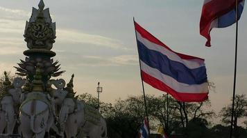 protesto antigovernamental e bandeira tailandesa
