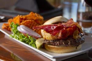 hamburguesa de tocino con papas fritas de camote