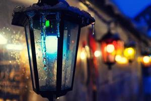 luces multicolores en la feria de la ciudad para navidad foto