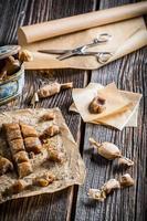 Caramelos dulces con semillas de amapola sobre papel de hornear foto