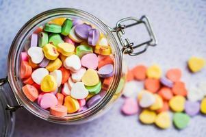 Primer plano de caramelos de corazón con mensaje foto