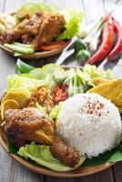 comida indonesia nasi ayam penyet foto