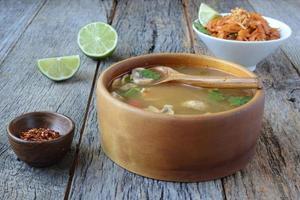 tom yum y fideos de estilo tailandés (cocina tailandesa)