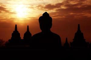 amanecer en el templo de borobudur, indonesia. foto