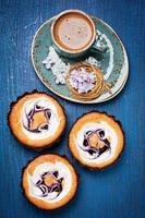tortas con frutos rojos y café foto