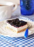 delicioso pastel de cuadritos de arándanos con crema batida foto