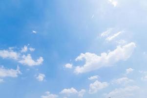 nubes y cielo azul