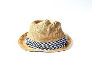 Sombrero de paja aislado sobre fondo blanco. foto