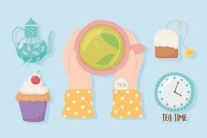 manos con taza de té y otros elementos de la hora del té