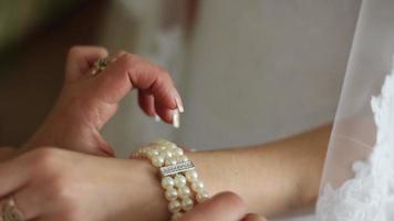 la novia usa pulsera