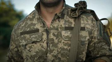 certo militar caminhando pela estrada arenosa