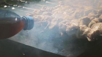 kebab asado en el brasero