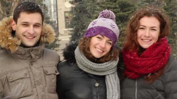 Freunde lächeln zu Schnee