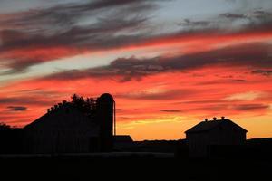 puesta de sol en la granja foto