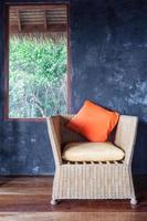 almohada en silla decorada en la habitación foto