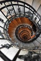 antigua escalera de caracol foto