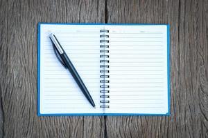 pluma de tinta en una página en blanco de un cuaderno