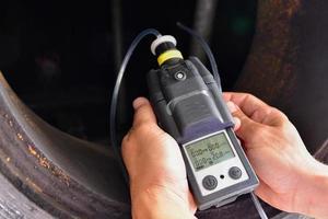 humano usando el detector de gas