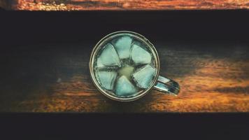 hielo en una taza