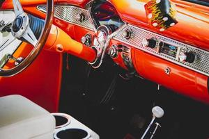 interior del coche naranja