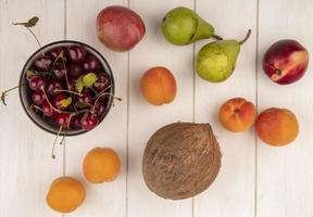 Fotografía de alimentos laicos plana de fruta fresca sobre fondo neutro