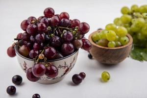 Uvas surtidas sobre fondo neutro