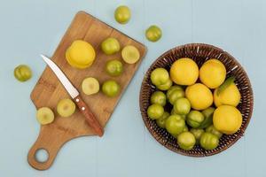 Fotografía de alimentos laicos plana de fruta fresca sobre fondo azul. foto