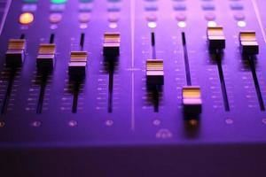primer plano, de, caja de resonancia, en, luz púrpura foto