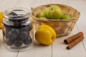 fruta variada sobre fondo neutro foto