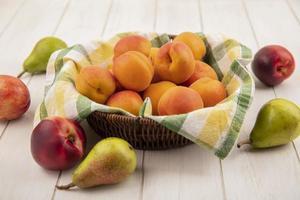 Surtido de frutas sobre fondo de madera neutro