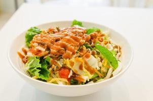 tazón de fuente de ensalada de pollo en la mesa