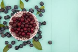 Fotografía de alimentos laicos plana de cerezas con espacio de copia foto