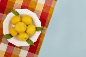 Fotografía de alimentos laicos plana de melocotones con espacio de copia. foto