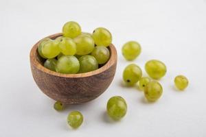 uvas en un plato sobre fondo neutro foto