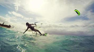 embarque de cometas de niña. deporte extremo de verano en cámara lenta. diversión en el océano.