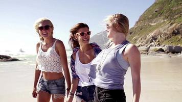 chicas riendo en la playa video