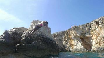 cámara lenta: mujer salta al océano video