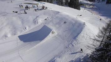 aéreo: snowboarder salta rodeio duplo sobre kicker