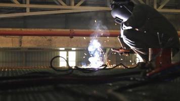 Trabajador industrial soldadura y chispas brillantes. video