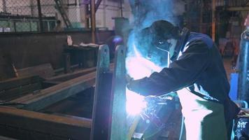 Fabrikarbeiter schweißt Details