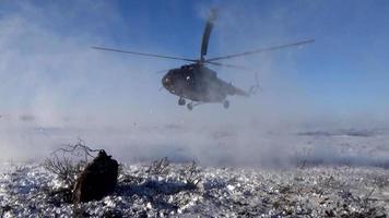 aterrizando un helicóptero en la tundra
