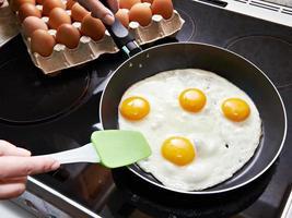 Huevos fritos de cerca en una estufa de vitrocerámica foto